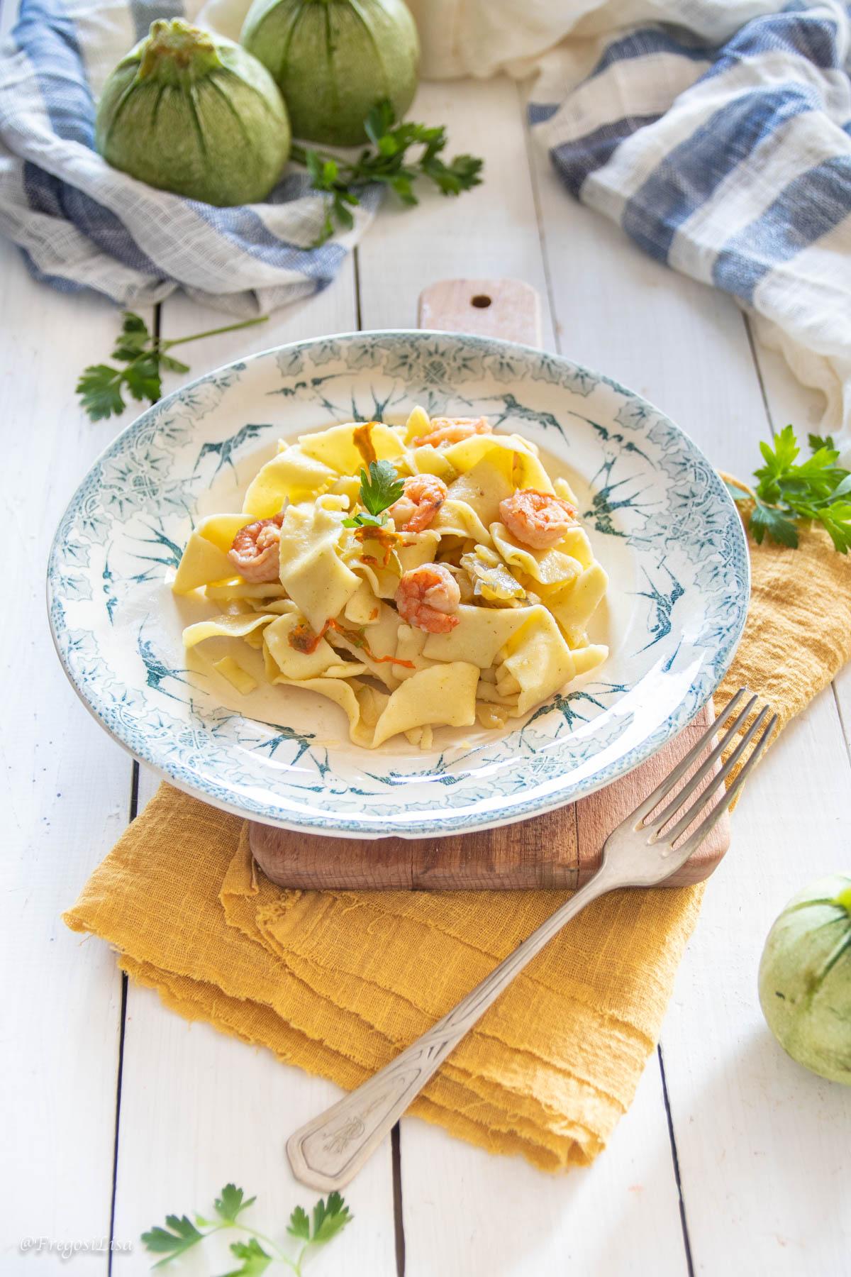 Pasta zucchine gamberi foto